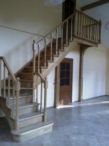 Лестница дубовая под прозрачным лаком с балюстрадой
