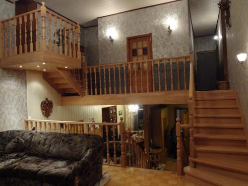 Лестница из дуба с балконом и балюстрадой.