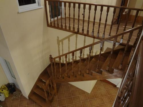 Лестница дубовая, покрытая лаком
