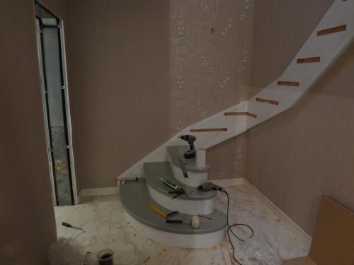 Начало монтажа лестницы из бука