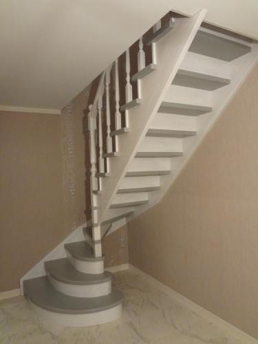 Лестница из бука винтовая, окрашенная разными красками