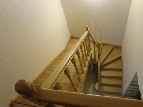 Лестница дубовая с забежными ступенями с поворотом на 180 градусов