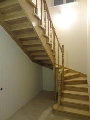 Лестница дубовая на тетиве и косоуре