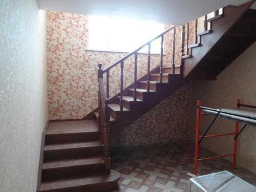 Лестница из дуба с 2-мя поворотными площадками.