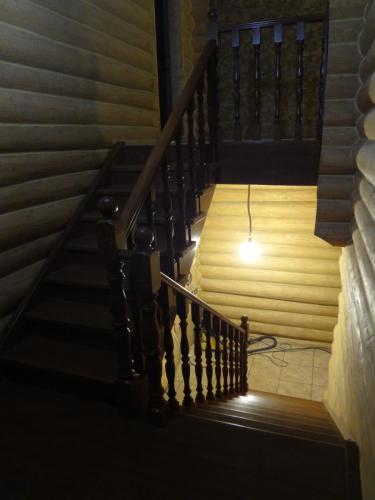 Лестница дубовая тонированная под темный орех