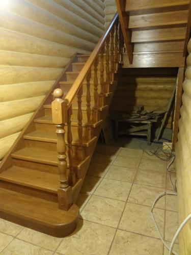 "Лестница дубовая с балясинами и столбами ""Симметрия"""