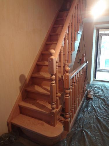 Лестница из бука с пригласительной ступенью