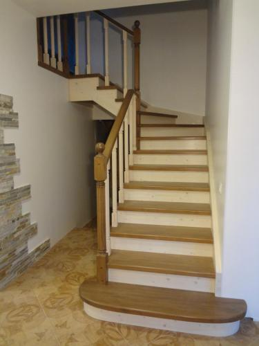Лестница комбинированная с пригласительной ступенью.