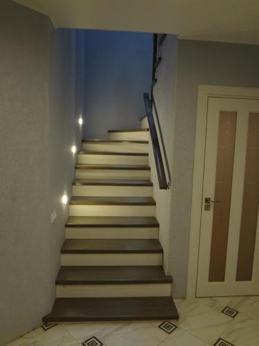 Лестница комбинированная на бетонном основании со ступенями из дуба.