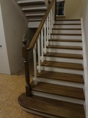 Лестница дубовая, окрашенная разной краской.